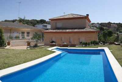 House with a swimming pool 500 meters from the beach not far from Barcelona